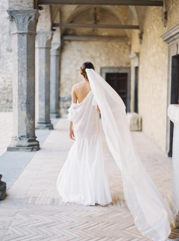 Vestidos de novia sencillos con velo largo